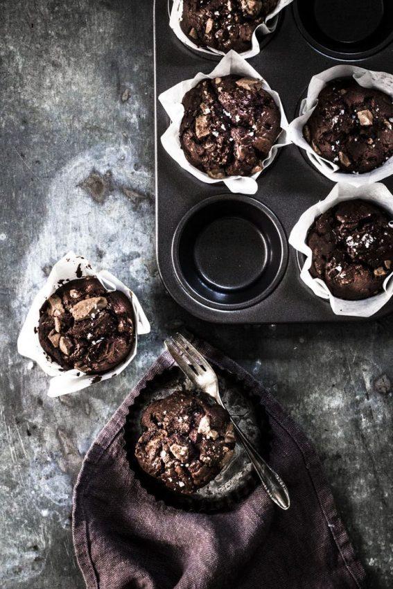 Schokomuffins passen immer: zu Geburtstagen, Sommerfesten oder noch lauwarm mit einer Kugel Vanilleeis serviert…