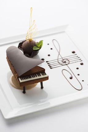 """Art de la table – Gâteau pièce montée """"Piano"""" au chocolat (À l'Hôtel le…"""
