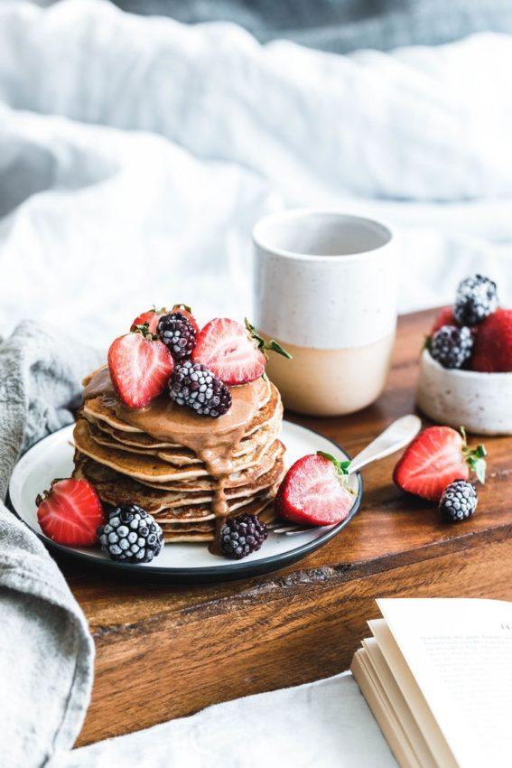Vegane Buchweizen-Pancakes mit Mandelmus