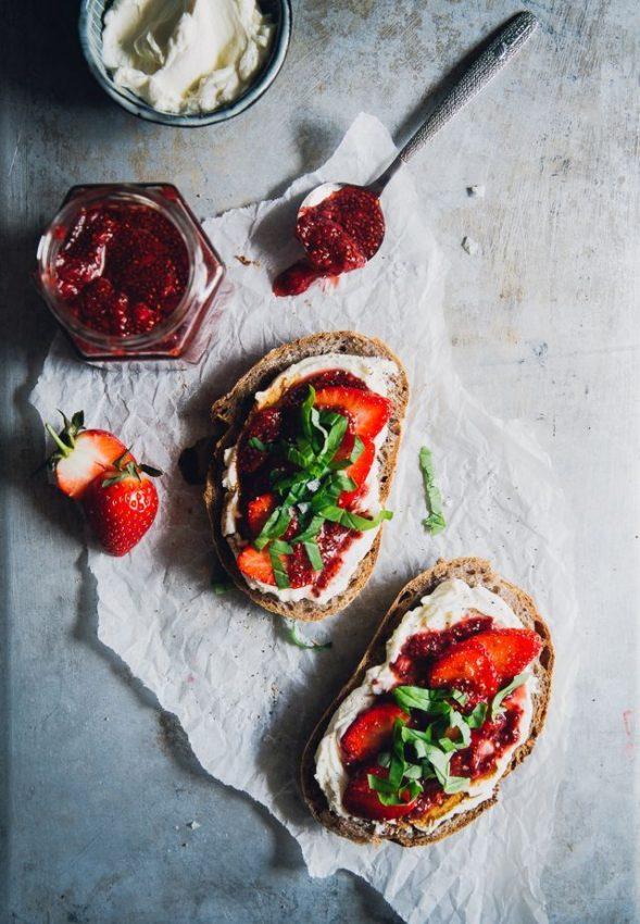 Jordgubbschiasylt, Getfärskost & Basilika på Surdegsbröd | Strawberry Chia Jam, Goat Cream Cheese &…